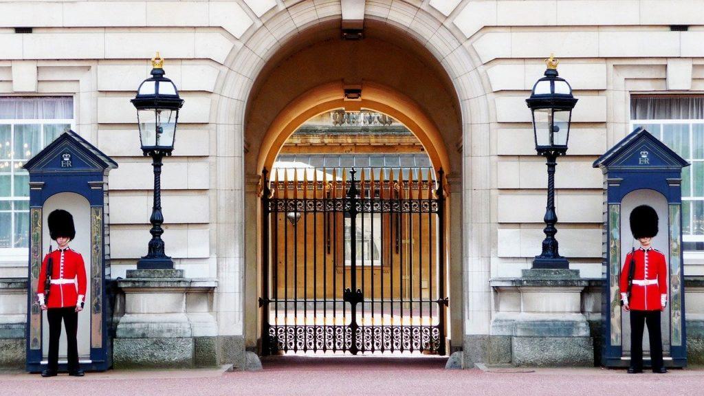 buckingham palace, foot guards, bearskins